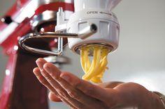 A massa fresca caseira é a base para massas como lasanha, tagliarini, fettuccine, linguine, tagliatella e muito mais. Venha conferir a receita!