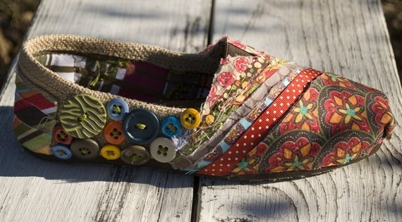 toms: Diy Ideas, Style, So Cute, Embellishments Shoes, Toms Shoes, Buttons, Burlap Toms, Boho, Diy Projects