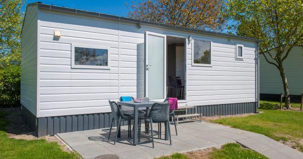 RP4A  Dit vrijstaande chalet is voorzien van alle comfort en beschikt over een woonkamer met zithoek een keuken met magnetron koelkast vaatwasser en koffiezetapparaat. Daarnaast heeft de woning twee slaapkamers met elk 2 eenpersoonsbedden en een terras met meubilair. Deze vakantiewoning is huisdiervrij en u kunt gratis gebruikmaken van WiFi.  EUR 145.00  Meer informatie  #vakantie http://vakantienaar.eu - http://facebook.com/vakantienaar.eu - https://start.me/p/VRobeo/vakantie-pagina