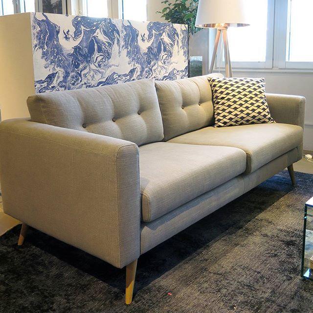 Nyhet på Habitat i Täby C! Eder 3-sits soffa i diskret retrostil med moderna raka linjer. Välj mellan två olika färger på tyget, grå eller antracit. Ben i massiv bok. Finns som lagervara på vårt lager i Frihamnen så långt lagret räcker, 12 900kr.