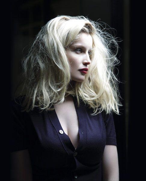 Mise en beauté L'Oréal Paris par Christine Corbel. Coiffure : Romina Manenti. Stylisme : Pascal Humbert.