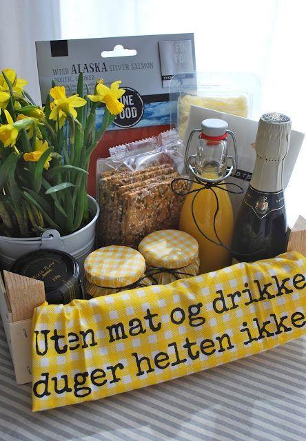 Heute sind wir zu einem Geburtstagsfest eingeladen. Diesmal haben wir als Geschenk eine Frühstückskiste gepackt... ...mit Beeren, Müasli, Honig, Knäckebrot, Orangensaft, Käse, Tee, Lachs und Sekt.