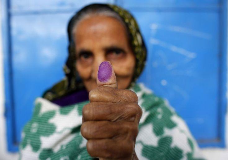 Manos que mueven el mundo | Fotogalería | Actualidad | EL PAÍS  Una mujer muestra su dedo manchado con tinta indeleble después de emitir su voto durante las elecciones parlamentarias en Dhaka el 5 de enero 2014. ANDREW BIRAJ (REUTERS)