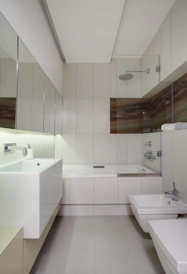 kleines bad einrcihten weiß badewanne dusche glaswand spielschrank led-streifen