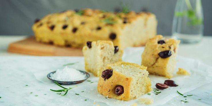 Focaccia med urteolje. Har du lyst på et deilig saftig brød som ikke tar lang tid å lage, er foccacia løsningen. Oppskrift på focaccia med deilig urteolje og svarte oliven.