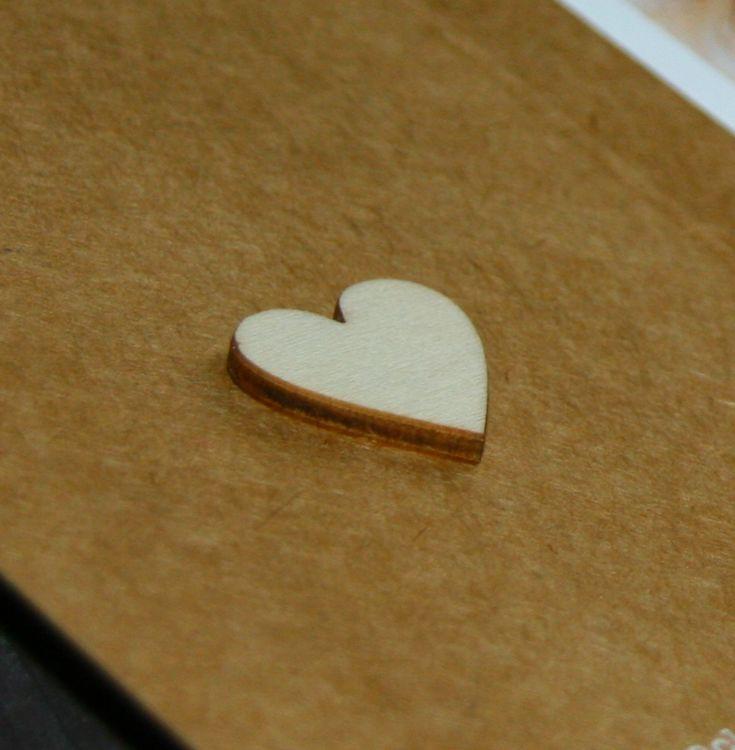 Trouwkaart    karakter door kraft karton  met witte inkt   hart van echt hout   deze rustieke trouwkaart is gloednieuw   kies zelf de achtergrondkleur en / of het lettertype, zonder extra kosten   Studio Altena