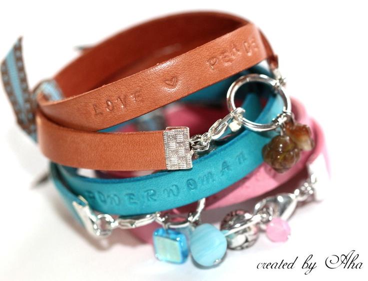 Ein ganz bezauberndes Lederarmband in einen schönen Naturton bzw. leicht Apricot.  Das Armband ist ca 10mm breit und mit sehr schönen Buchstaben be...