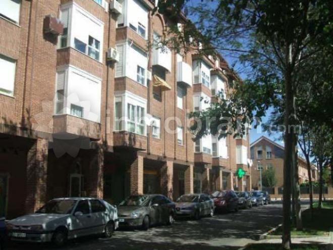 Duplex en la localidad de Azuqueca de Henares con 90 m² repartidos en 2 habitaciones, 1 baño completo, salón comedor y cocina independiente.