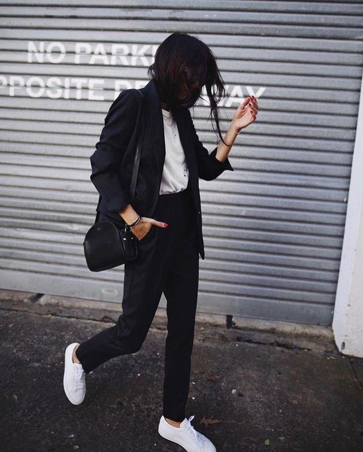 Casual Femme : Sporty Chic. Ce look composé de baskets, pantalon cigarette, veste structuré et un petit top est parfait pour une journée de travail mais aussi bien pour le week end. Il peut se porter facilement tous les jours et il est facilement adaptable en changeant juste la paire de baskets par des chaussures plus habillée pour un diner ou une soirée. Cette tenue à l'avantage d'être moderne tout en restant chic avec une veste structurée mais aussi confortable avec les baskets et le jean.