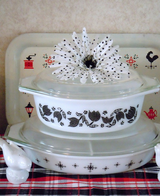 I have both of these Black and White casserole dishes.