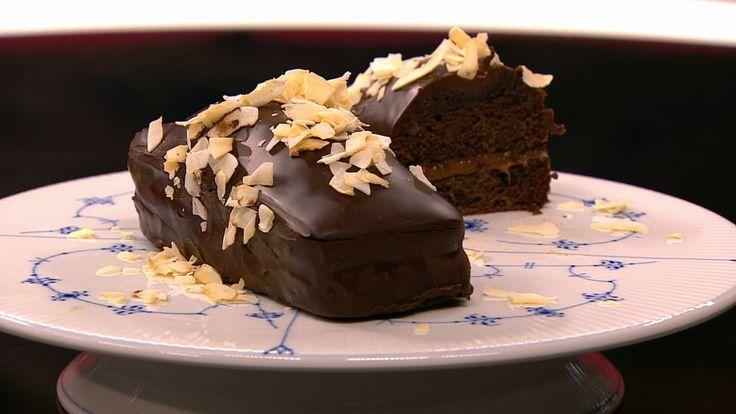 Chokoladekage fyldt med karamel er en lækker opskrift fra Go' morgen Danmark, se flere dessert og kage på mad.tv2.dk
