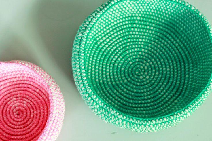 Jeg er helt vild med de her kurve. Kombinationen af den vide snor og den flotte garnfarve giver en fantastisk effekt, se fx bunden af den grønne kurv. Der er rigtig mange fine gratis opskrifter på Yarnfreaks blog, og farvekombinationerne er altid meget vellykkede i opskrifterne.