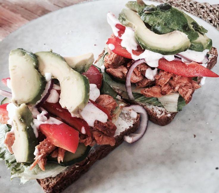 """Macka deluxe idag med pulled BBQ-lax, avokado & annat gött 👅🥑…"""" keso (makrill tomatsås) rödlök rågbröd tomat gurka sallad sandwich"""