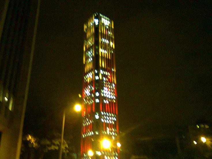 Torre Colpatria con los colores de la bandera de Bogotá