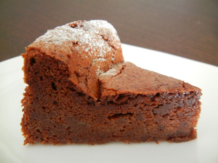 Rask, enkel og alltid en suksess på bordet; Lavkarbo melfri sjokoladekake. Kaken er veldig enkel å lage. Den inneholder bare fire ingredienser. Kaken er uten sukker, mel, glutenfri og kan lages melkefri ved å bruke melkefritt smør og sjokolade. Den…