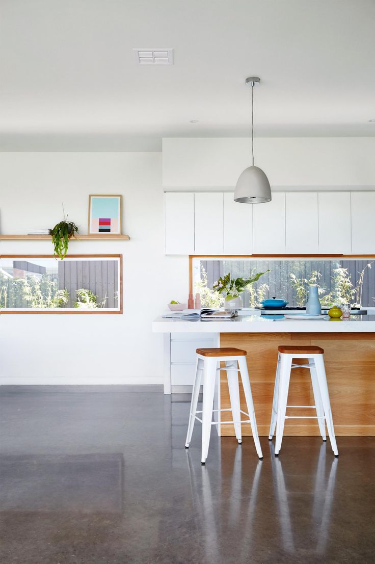 A new build that combines modern design with bright colour. Photography by Armelle Habib. Styling by Julia Green.  From the September 2017 issue of Inside Out Magazine. Available from newsagents, Zinio, https://au.zinio.com/magazine/Inside-Out-/pr-500646627/cat-cat1680012#/  and Nook.