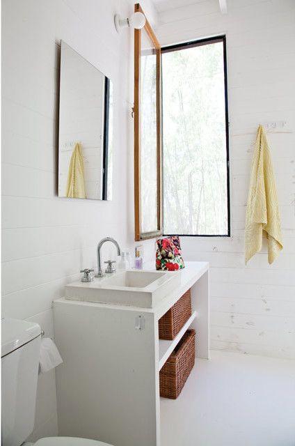 Спальни делят общую ванну. Деревянная мебель в ванной является частью конструкции дома.  (современный дом,пляжный дом,архитектура,дизайн,экстерьер,интерьер,дизайн интерьера,мебель,ванна,санузел,душ,туалет,дизайн ванной,интерьер ванной,сантехника,кафель) .