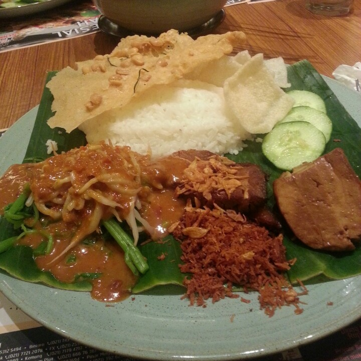 Nasi pecel traditional indonesian food my favorite for Authentic indonesian cuisine