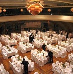 Η συνολική επιφάνεια της αίθουσας είναι 1.025 τ.μ και μπορεί να φιλοξενήσει 1.000 άτομα σε κοκτέιλ, 630 άτομα σε ροτόντες για δείπνο και 680 άτομα σε θεατρική διάταξη ανάλογα με την τελική διαμόρφωση της μεγάλης σκηνής που διαθέτει.