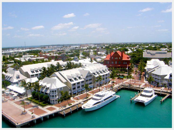 Willkommen am Ende der Vereinigten Staaten: Vom südlichsten Punkt der USA sind es nur noch 90 Meilen bis nach Kuba. Key West (die Stadt zählt rund 25.000 Einwohner) ist eines der beliebtesten Reiseziele Floridas, und deshalb herrscht auf der Flaniermeile, der Duval Street, immer viel Betrieb.