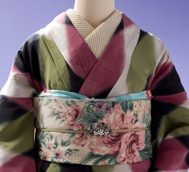◆谷崎潤一郎をご存知ですか。 「細雪」「痴人の愛」「春琴抄」などを書いた、日本を代表する文学者です。 その他にも「猫と庄造と二人のをんな」「蓼食う虫」「秘密」などの 魅力的な作品を残しています。 2016年3月31日~6月26日、東京都文京区にある弥生美術館では 谷崎潤一郎の世界を楽しめる 「谷崎潤一郎文学の着物を見る」展 ~アンティーク着物と挿絵の饗宴~を 実
