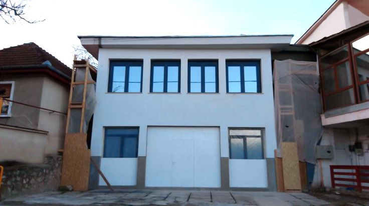 Graphenstone in Romania. First project in the city of Reşiţa. For the facade coating of this commercial office building we used #MortarFine in white, our ecological mortar with a fine finish.#MortarFine is lime-based formulated,which makes it a mineral and natural product. In addition, it contains graphene fibers, which make it much more resistant and durable than a conventional render.