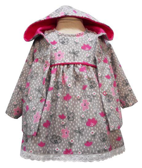 Chamarra con capucha, vestido con canesú sin mangas y tira bordada. Tallas 3, 6, 12 y 18 meses.
