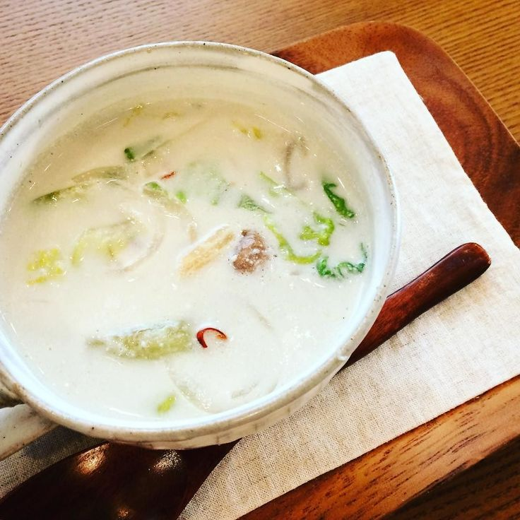 11月29日今週のスープはココナッツミルクとレモングラスのレタススープ  シャキシャキの採れたてレタスがまろやかなココナッツ風味とハーブがマッチして味わいあるアジアンスープになりました!  ココナッツ好きにはたまらないスープです  先週お店のレイアウトを変更して雰囲気もとっても良くなりました 今週もお待ちしております  #タイ風 #スープのお店 #スープ #ハーブ #レモングラス #ココナッツミルク #無添加スープ #採れたて野菜