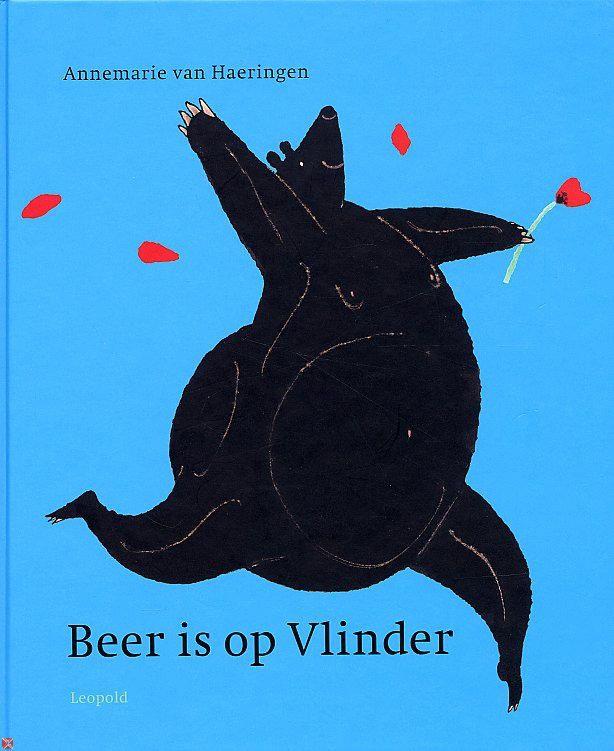Beer is op Vlinder - Annemarie van Haeringen. Een verhaal over hoe moeilijk het is om te communiceren over gevoelens. Beer die er maar niet in slaagt aan Vlinder duidelijk te maken wat hij voor haar voelt, ook al gebruikt hij meerdere talen: die van de muziek, de bloemen, het schilderen, de cadeautjes. Maar welke Vlinder denkt er nu aan dat een beer op haar verliefd kan worden! (Jos Walta)