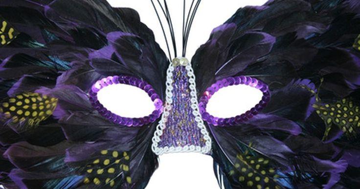Cómo hacer una fiesta de máscaras. Una fiesta a la que todos vayan de incógnito es muy divertida. Las fiestas de disfraces son el equivalente moderno de los elaborados bailes de máscaras. Debido a la altura, el peso y otros atributos, incluso con la más generosa de las máscaras puede ser difícil disfrazar a algunos. Igualmente es la mejor idea para engaños en fiestas de disfraces o ...