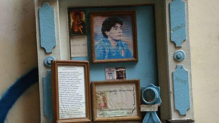 Ein kleiner Strassenaltar in Neapel mit einem echten Haar von Diego Maradona.