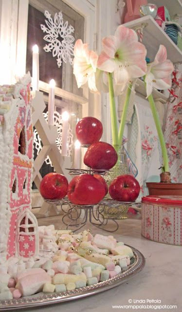 Christmas sweetness in the kitchen, red apples, amaryllis and gingerbread house Romppala - kotoilua ja puutarhanhoitoa: Joulukeittiössä tuoksuu...