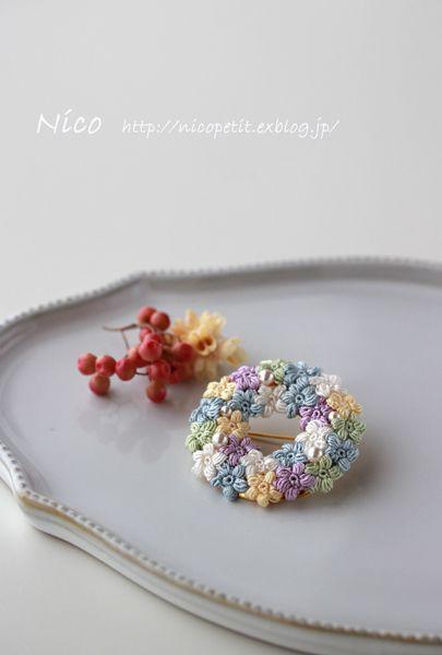 """mieです。 絹糸で編んだ小花のブローチ、""""絹の夢""""。 直径が約4㎝で、Nico作品の中では、存在感のあるブローチです。 しっと..."""