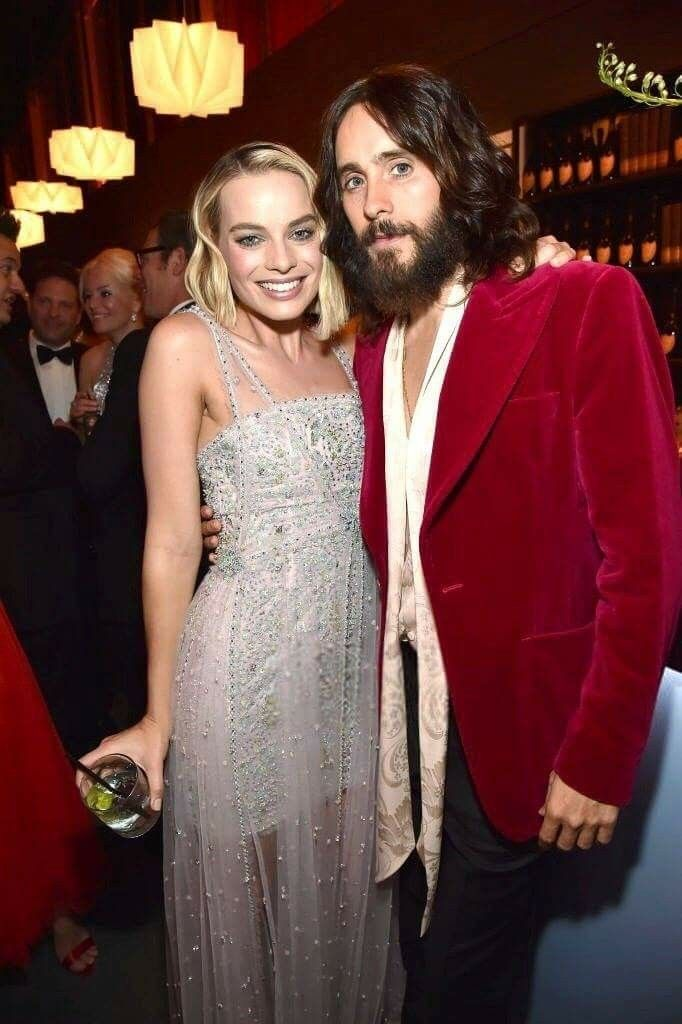 Jared Leto and Margot Robbie attend the 2018 Vanity Fair Oscar Party at Wallis Annenberg Center for the Performing Arts in Beverly Hills, California (March 4th, 2018)