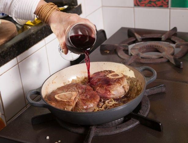 Fotos: Aprenda como fazer Ossobuco cozido no vinho - - UOL Estilo de vida