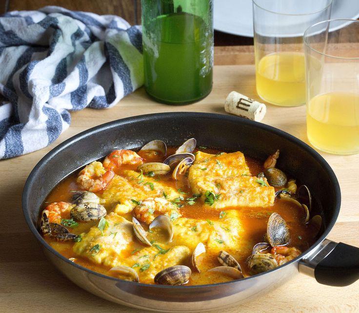 """Receta de merluza a la sidra asturiana. Versión de uno de los platos favoritos del actor Rock Hudson que viene en el libro """"Muerte a la Carta"""" de PoeBooks."""