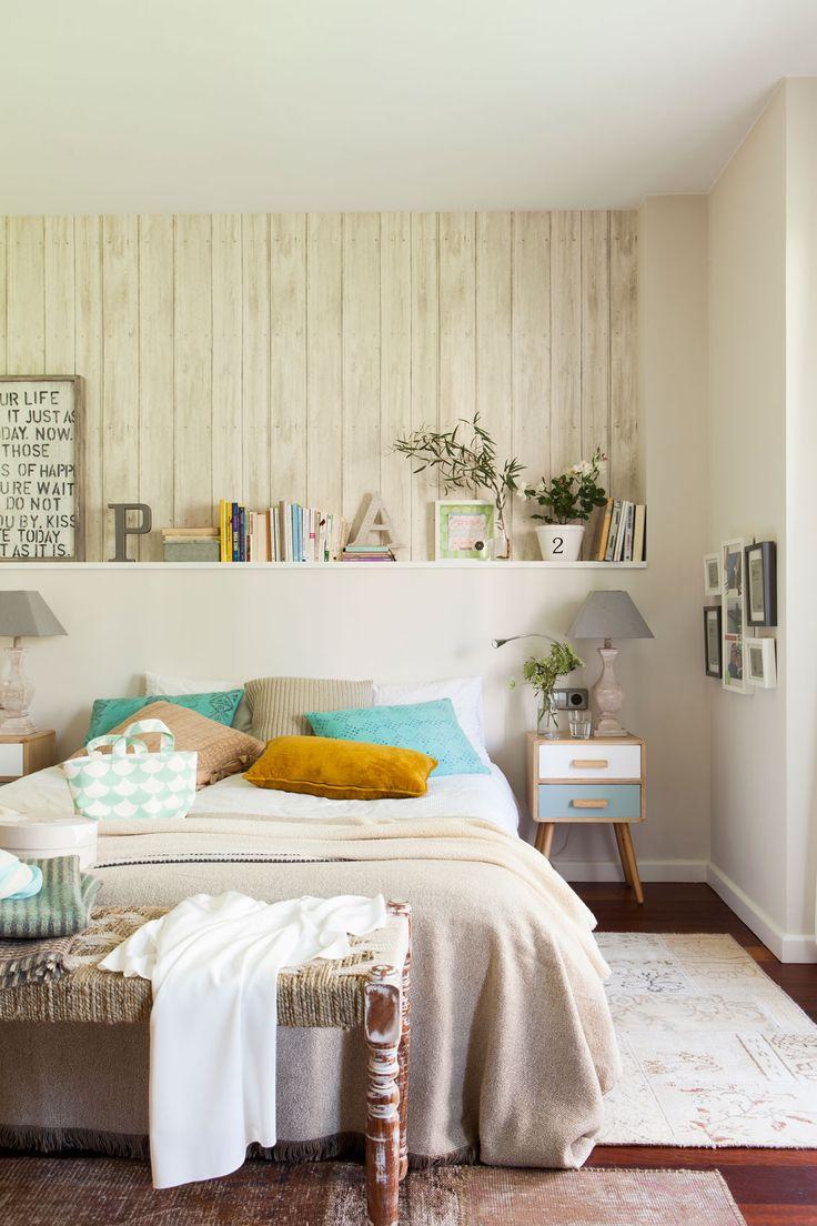 Dormitorio con cabecero de obra y papel pintado que imita la madera_00412026 Ow