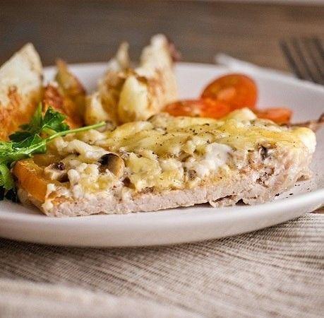 Vepřové plátky s houbami, rajčetem a sýrem. Vynikající volba na oběd.