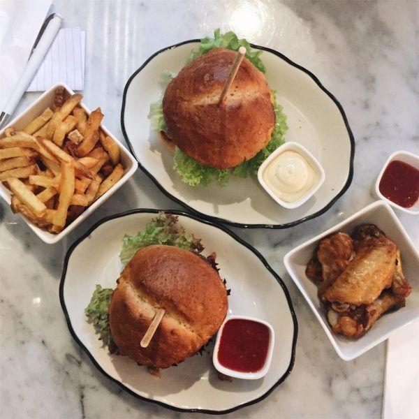Niets zo fijn als je weekend beginnen met een paar goede hamburgers in ons geliefde Amsterdam West. Wij aten ze deze keer bij H. Burger!