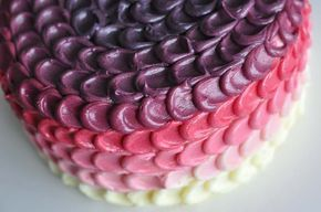 Ein Traum aus Buttercreme in vielfarbigen Schichten - die Ombre Pink Petal Buttercreme Torte. Sieht aufwendig aus, aber ist relativ einfach umzusetzen!