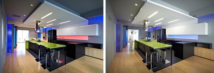 Светодиодная подсветка для кухонных шкафов: как выбрать, особенности монтажа и 65 универсальных идей http://happymodern.ru/podsvetka-dlya-kuhni-pod-shkafy-svetodiodnaya/ RGB-ленты, умело примененные в черно-белой кухне, могут менять ее вид по щелчку пальцев. На фото отлично видно, как отличается общий вид кухни в зависимости от цвета и силы освещенности Смотри больше http://happymodern.ru/podsvetka-dlya-kuhni-pod-shkafy-svetodiodnaya/