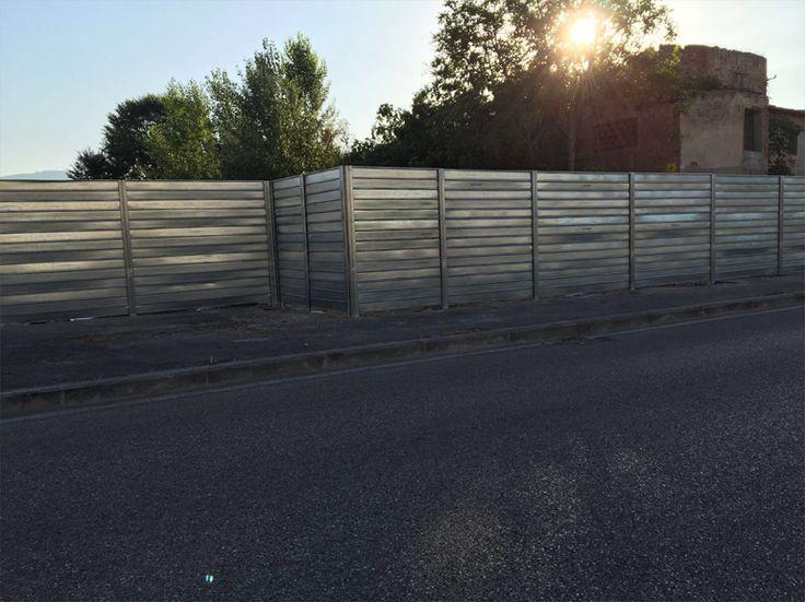 Campate di recinzione mobile da cantiere, in ferro (acciaio zincato), palificate nel terreno.