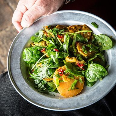 På jakt efter att variera den ack så klassiska potatissalladen? Då har du svaret i den här fräscha sötpotatissalladen med krispiga sockerärter, bladspenat, röd chili, koriander och lime. Perfekt till kyckling, korv och annat grillat.