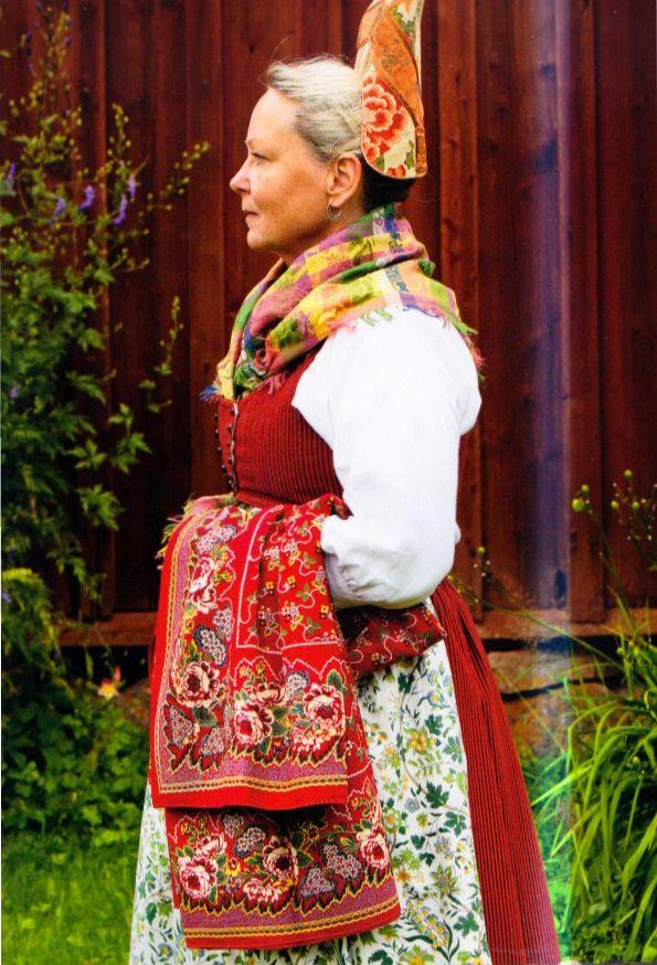 """Swedish folklore   Häverö, Uppland   Dräkten är influerad av empirmodet och huvudbonaden är en sk högmössa som bars vid kyrkobesök   (""""Skandianvian Folklore II"""", Laila Durán, 2012)"""