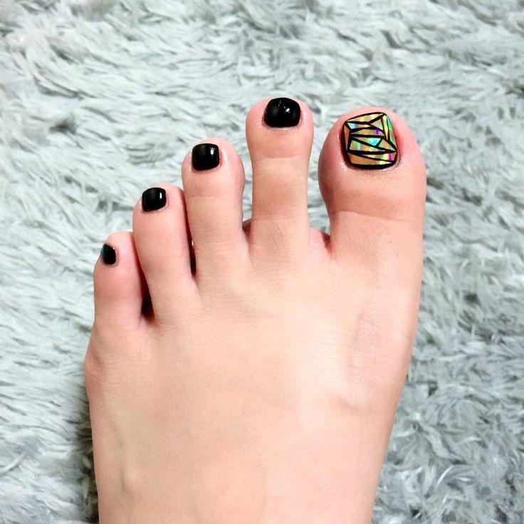 """""""유리네일 한참 뒷북같지만 세정쌤이 진짜 맘에 쏙 들게 해주셨당 항상 엄청 꼼꼼하게 해주셔서  최고 검정 베이스에 금색 유리네일종이(?) #페디큐어#pedi#젤페디#반디네일#bandi#nails#glassnails"""""""