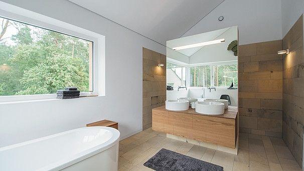 Fenster und Spiegel lassen die Baumwipfel omnipräsent erscheinen. | Bild: BR / Sabine Reeh