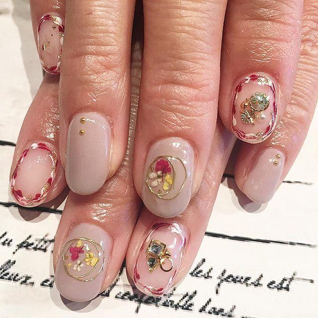 強風の中ありがとうございます #押し花ネイル #春ネイル#White #pink#Flower #chromehearts #metallic#white #nails#nailstagram#nailsalon#nailart#naildesigns#nailartist#gelnails#gold#white#nudie #ネイル#ネイルデザイン#ネイルアート#ネイルサロン#ネイルパーツ#フラワーネイル#フラワー#春ネイル #スワロフスキー #ジゼルのアリバイ #alibiofgiselle