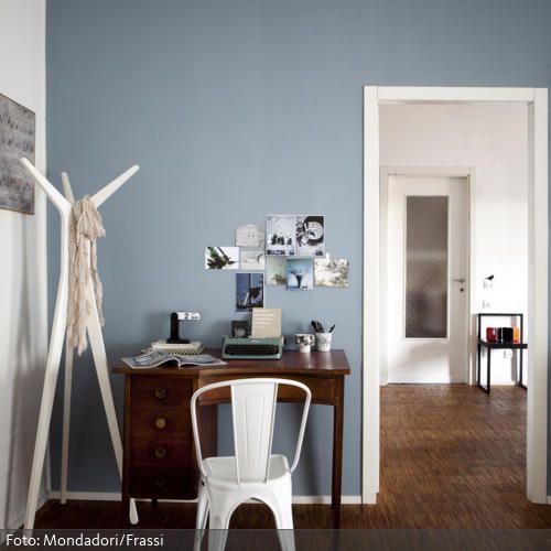 Das auffällig gemaserte Parkett ist das dominierende Einrichtungsmerkmal. Dazu eine hellblaue Wand und eine Mischung aus abstrakten weißen sowie antiken Möbeln schafft eine unaufdringliche, zeitlose Einrichtung.