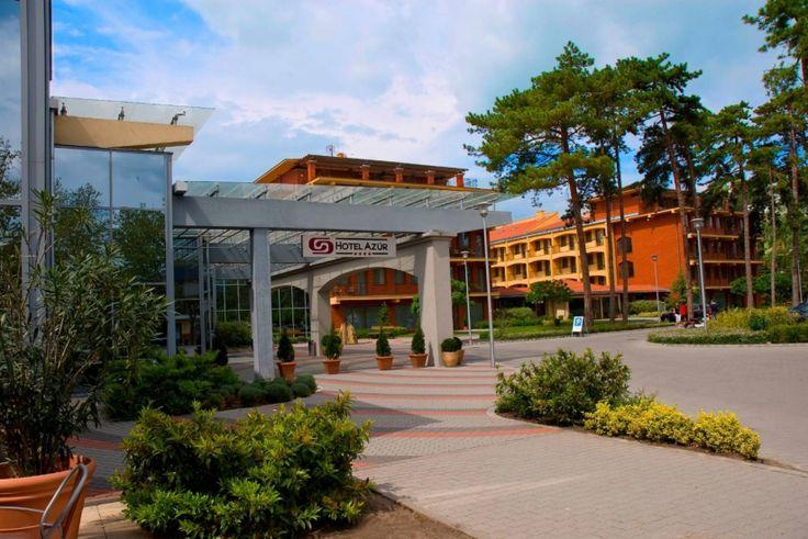 A Hotel Azúr**** a Balaton régió legnagyobb 4 csillagos wellness- és konferencia szállodája - három épületben, 222 légkondicionált, erkélyes, extrákkal felszerelt szobával, ebből 18 minden igényt kielégítő luxus lakosztállyal áll egész évben a Vendégek rendelkezésére. A közvetlen Balaton-part és a hatalmas wellness-részleg tartalmas pihenést kínál az összes korosztálynak.