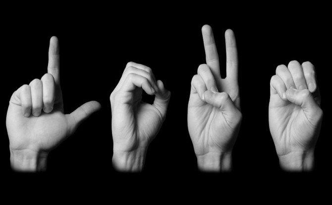 Si ispira alla serie Sign With Robert e lancia una collezione di 2.000 GIF per insegnare il linguaggio dei segni in diverse lingue